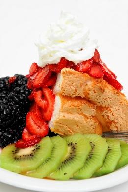 Кейкът се съчетава отлично с най-различни свежи плодове